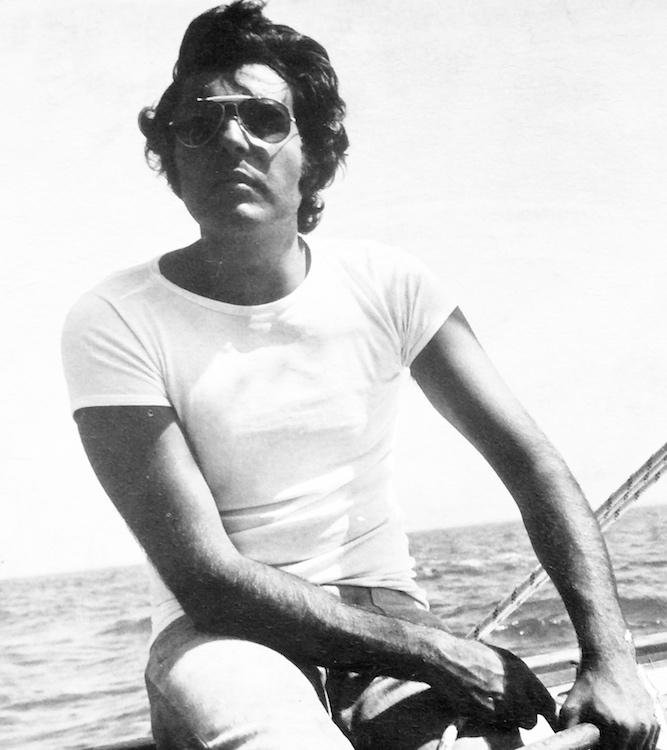 uomo giovane barca a vela