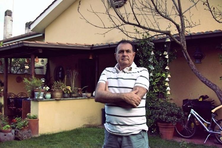Uomo nel giardino di casa