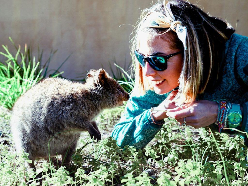 ragazza con quokka, marsupiale australiano