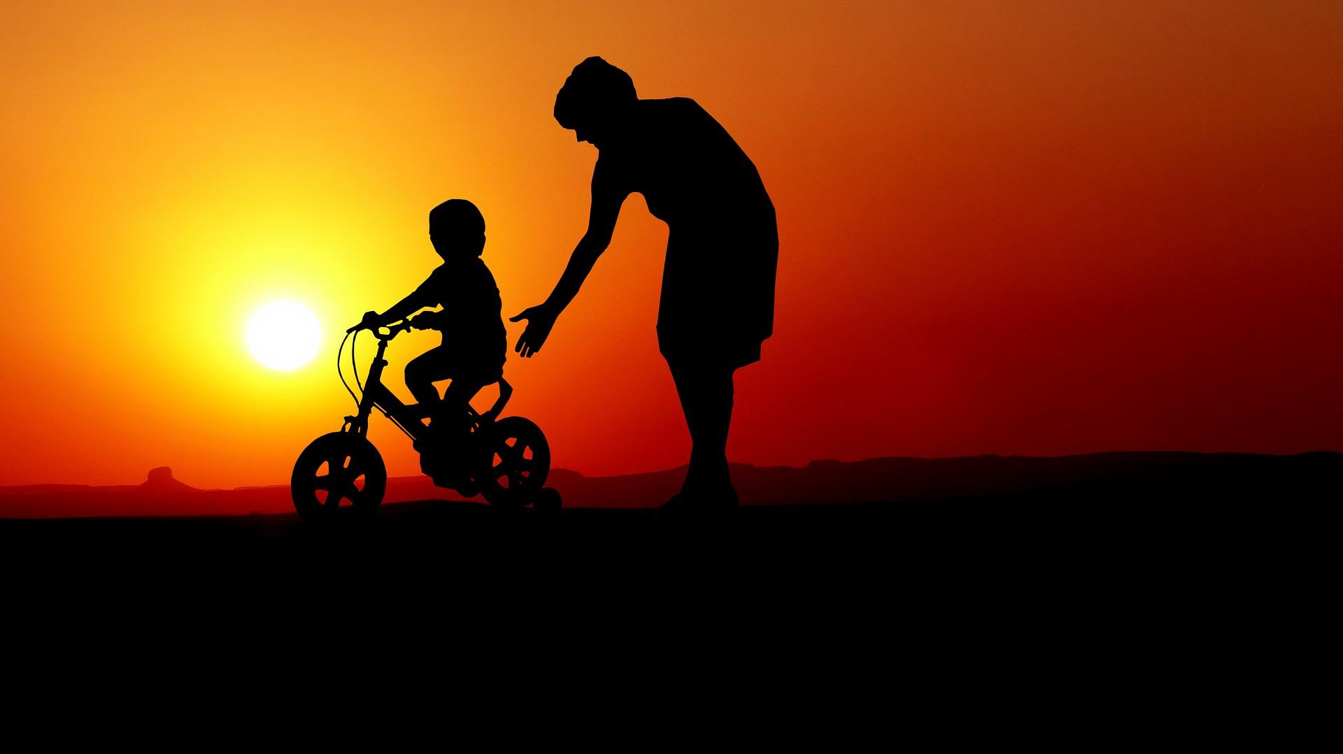 mamma e figlio bicicletta